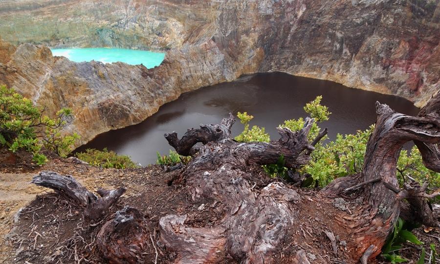 Gunung Kelimutu wisata gunung terindah di Indonesia.