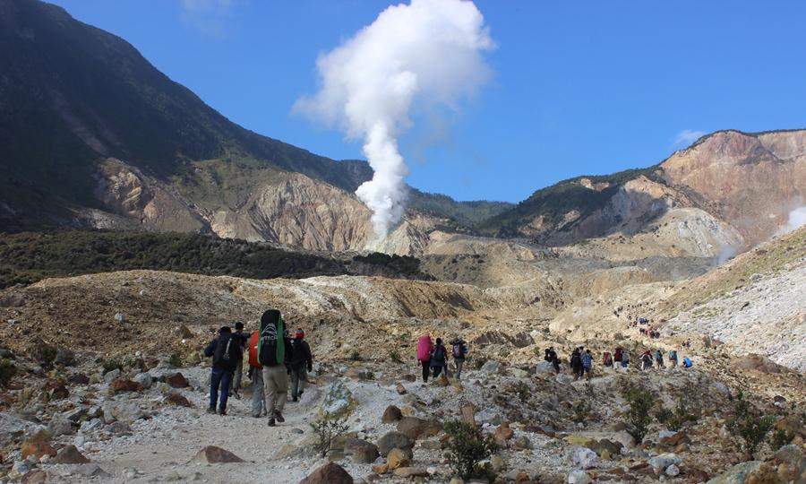 Gunung Papandayan wisata gunung terindah di Indonesia.