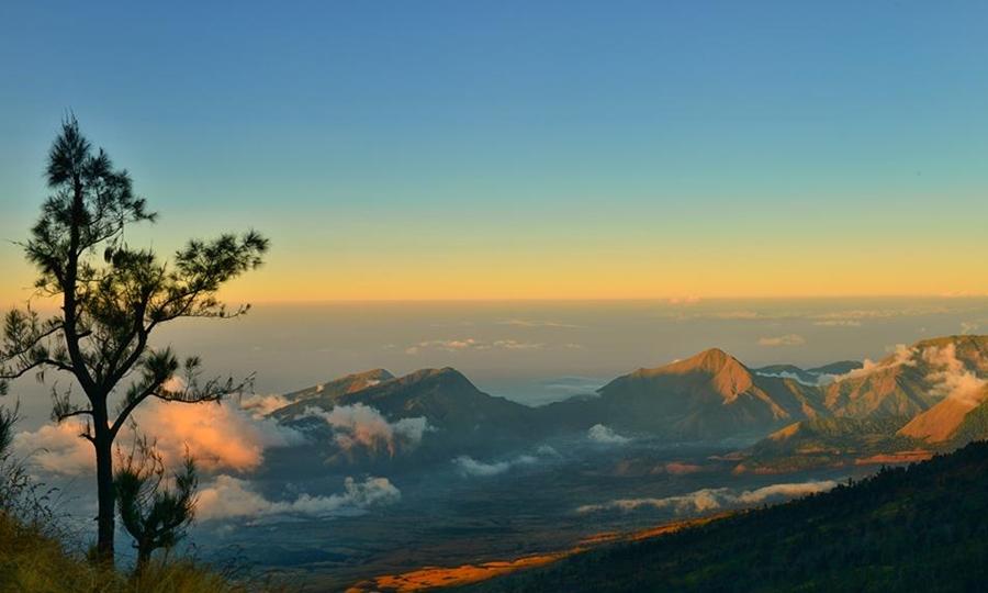 Gunung Rinjani wisata gunung terindah di Indonesia.