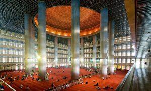 Dibawah kubah dome Masjid Istiqlal