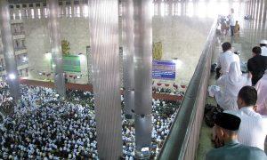 Di antara Pilar-pilar Masjid Istiqlal Jakarta