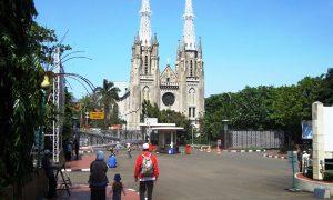 Jamaah Muslim menatap Gereja Katedral