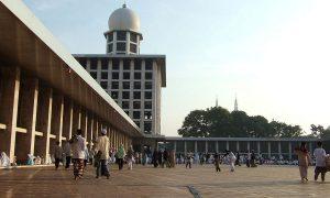 Masjid Istiqlal berlatar dua Menara Katedral