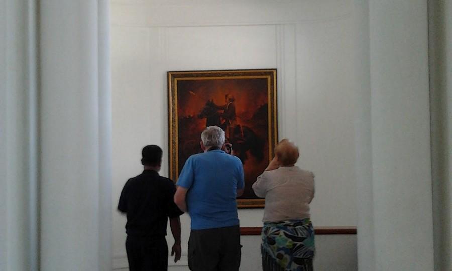 Melihat Lukisan di Dalam Gedung Sate