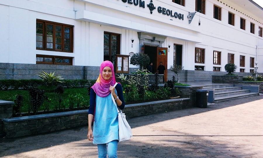 Pengunjung Cantik di Museum Geologi Bandung