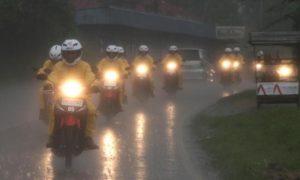 kelengkapan pengendara motor saat hujan