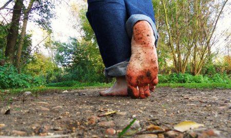 Manfaat berjalan tanpa alas kaki