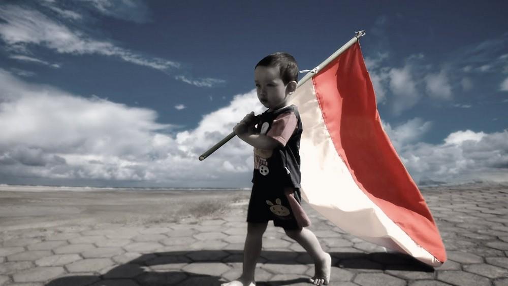 anak nasionalis kibarkan bendera merah putih