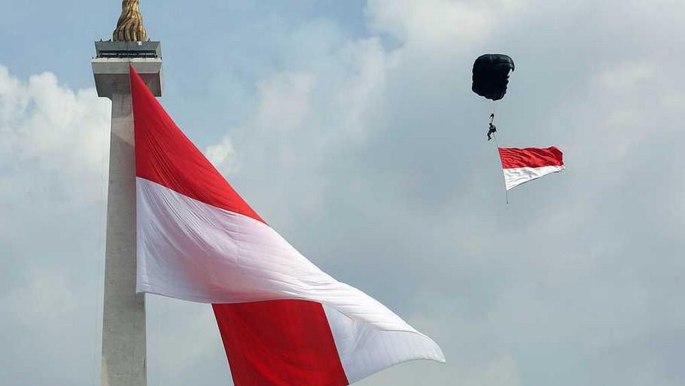 bendera merah putih monas dan penerjun