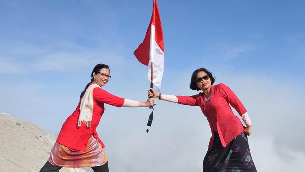 emak emak kibarkan bendera merah putih